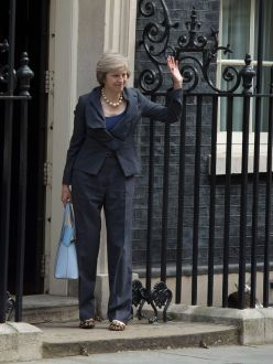 Larry-the-Downing-Street-cat-Below-R